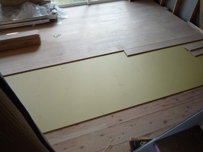 床材の施工中に気になるクーラーバック_a0148909_21105616.jpg