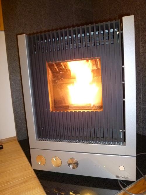 ペレットストーブで暖をとる_f0070542_8265796.jpg