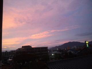 きれいな朝焼け!油山を背景に…今日もいい事有りそうな予感♪_d0082356_6375185.jpg