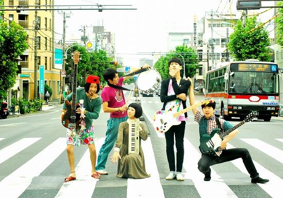 東京カランコロン、1stシングル『少女ジャンプ』発売記念ミニライヴを開催_e0197970_0394432.jpg
