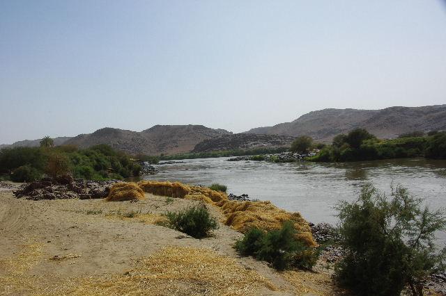 【スーダン周遊】 昼食、そして、ナイル川第6カタラクトへ_c0011649_0303418.jpg