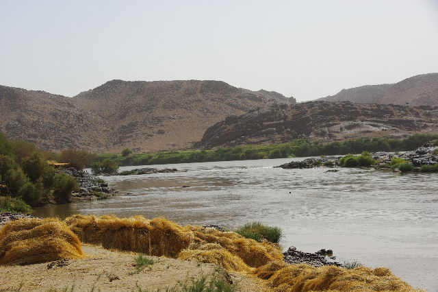 【スーダン周遊】 昼食、そして、ナイル川第6カタラクトへ_c0011649_0403627.jpg