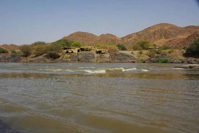 【スーダン周遊】 昼食、そして、ナイル川第6カタラクトへ_c0011649_101878.jpg