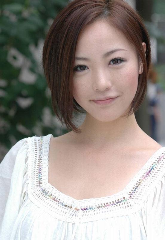 白い清楚な服が似合っているにっこり微笑むちすん
