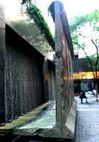 ニューヨークの53丁目にある本物の「ベルリンの壁」パブリック・アート_b0007805_313316.jpg
