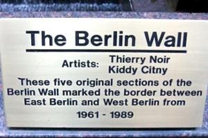 ニューヨークの53丁目にある本物の「ベルリンの壁」パブリック・アート_b0007805_314582.jpg