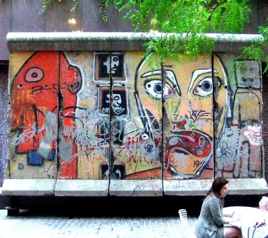 ニューヨークの53丁目にある本物の「ベルリンの壁」パブリック・アート_b0007805_32462.jpg
