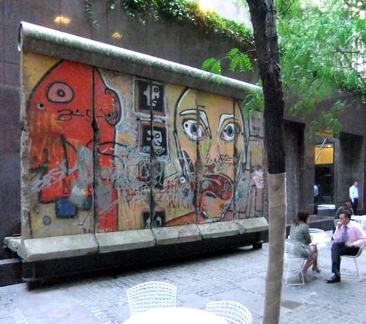 ニューヨークの53丁目にある本物の「ベルリンの壁」パブリック・アート_b0007805_331919.jpg