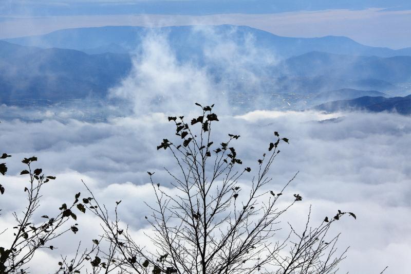 雲沸き立つ、遠野盆地_e0183063_9473931.jpg