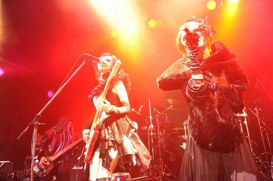 【ライヴレポート】exist†trace、ワンマン会場を華麗な舞踏会に。激しくも妖艶なステージで客席を魅了!_e0197970_120280.jpg
