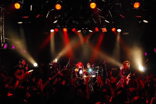【ライヴレポート】exist†trace、ワンマン会場を華麗な舞踏会に。激しくも妖艶なステージで客席を魅了!_e0197970_1272651.jpg