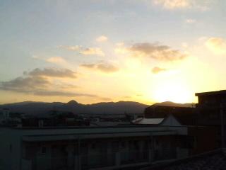 きれいな〜夕陽!!…ニッポン!チャッ!ちゃっ!チャ!前半ドロー_d0082356_1745299.jpg