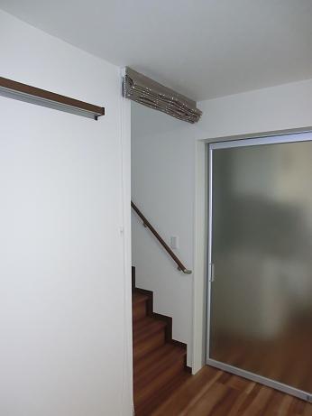 階段ホールにシェードで寒さ対策_e0133255_197314.jpg
