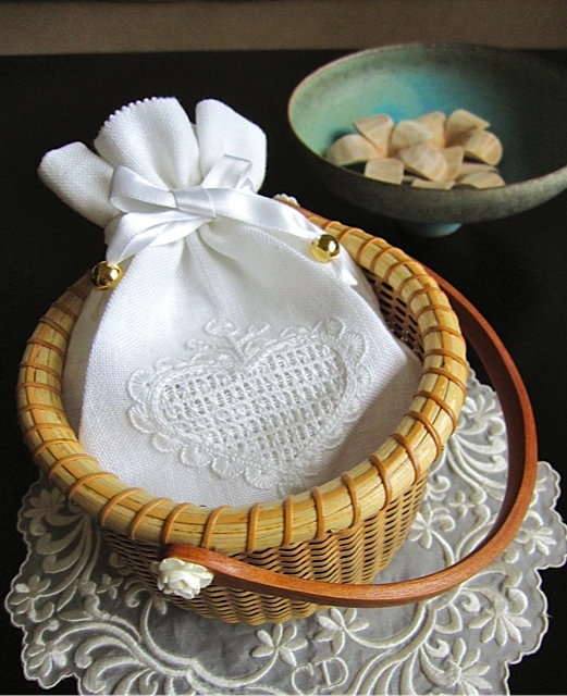White Sachet in Nantucket Basket_f0197215_16305419.jpg