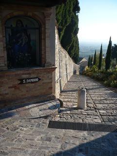 サン・ダミアーノ修道院への道_c0203401_1702134.jpg