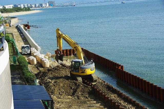 新・護岸工事、進行中。_c0011649_18565436.jpg