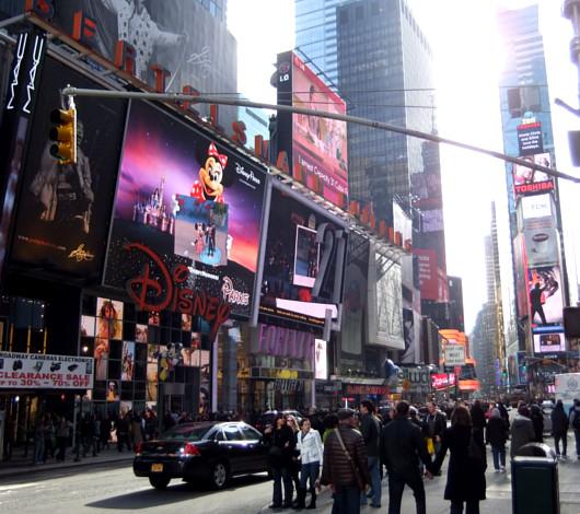 タイムズ・スクエアの超巨大スクリーンでシンデレラ城を再現?!_b0007805_02751100.jpg
