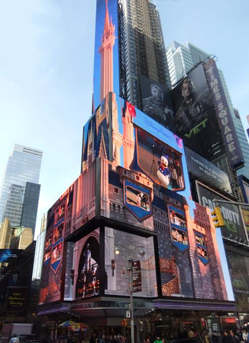 タイムズ・スクエアの超巨大スクリーンでシンデレラ城を再現?!_b0007805_02817.jpg