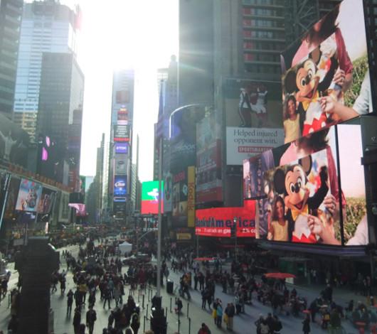 タイムズ・スクエアの超巨大スクリーンでシンデレラ城を再現?!_b0007805_1153661.jpg