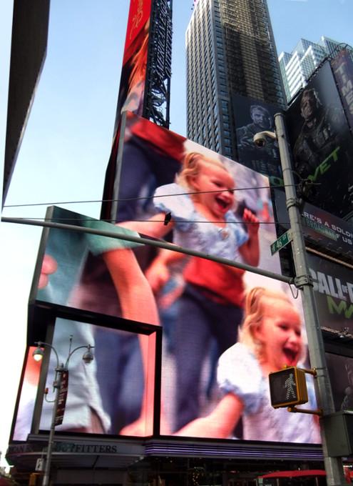 タイムズ・スクエアの超巨大スクリーンでシンデレラ城を再現?!_b0007805_163135.jpg