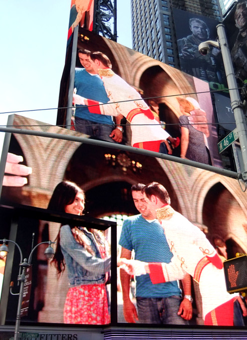 タイムズ・スクエアの超巨大スクリーンでシンデレラ城を再現?!_b0007805_164228.jpg