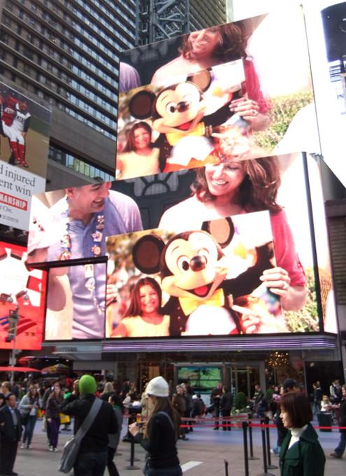 タイムズ・スクエアの超巨大スクリーンでシンデレラ城を再現?!_b0007805_165371.jpg