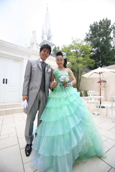 abe7199995509 グリーンのカラードレスを選んだ花嫁のブーケ・ヘアメイクコーディネート 新郎新婦画像 u2026 ...
