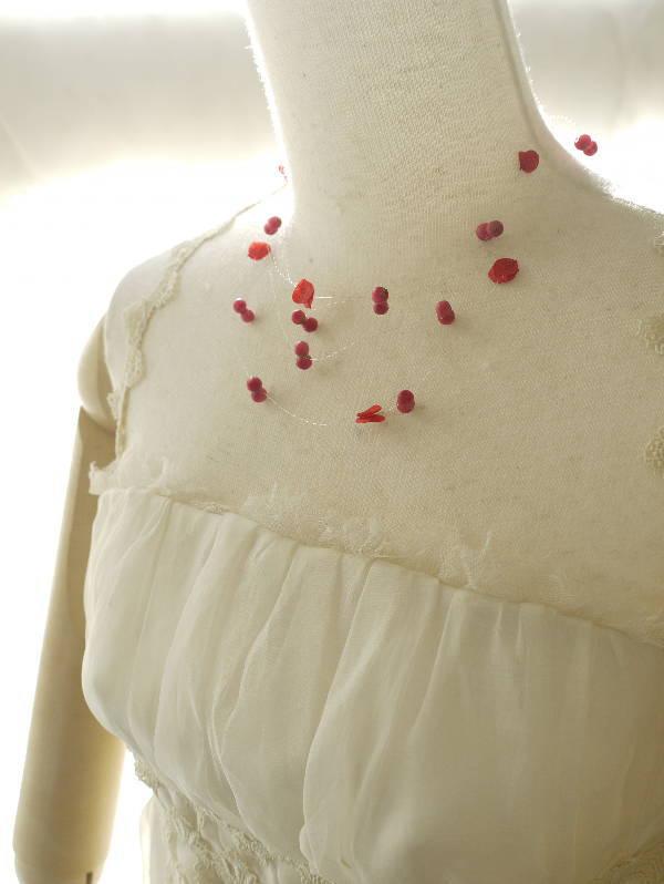 赤いドレスのアクセサリ あこがれ  おばあさまからのプレゼント_a0042928_22564593.jpg