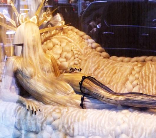 バーニーズ・ニューヨークにレディ・ガガさんホリデー・ウィンドウ登場_b0007805_2214536.jpg