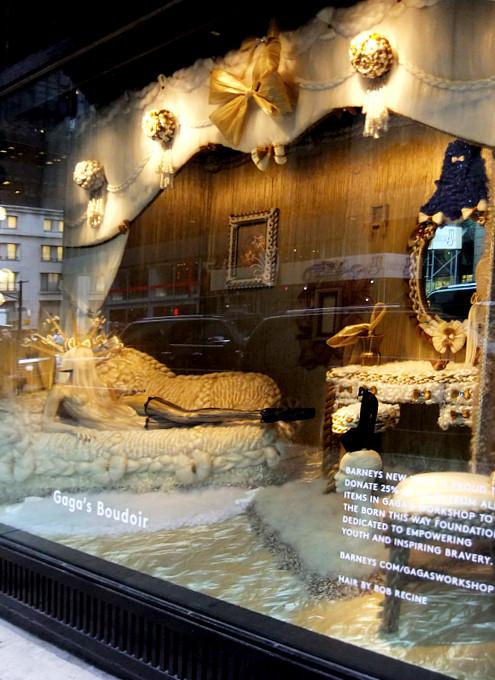 バーニーズ・ニューヨークにレディ・ガガさんホリデー・ウィンドウ登場_b0007805_2215613.jpg