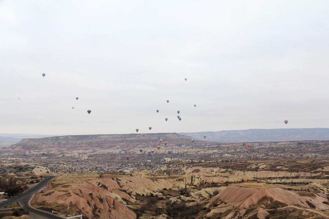 カッパドキア・ケイブ・リゾートの近くから観える気球       カッパドキア その4  _a0107574_2274259.jpg