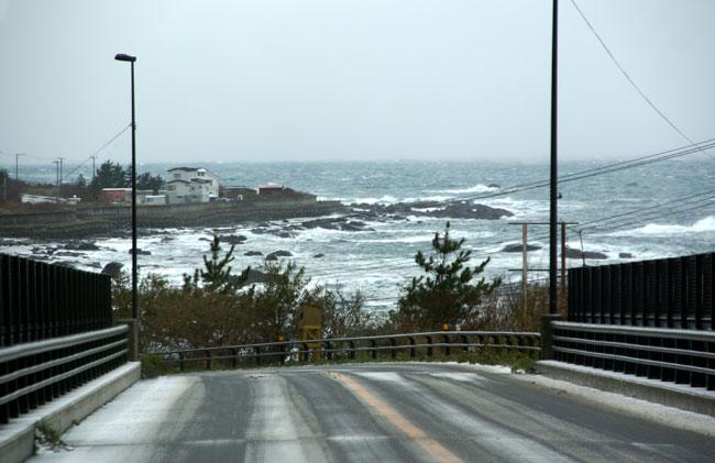 初冬の日本海。五能線と茅葺き民家など_a0136293_17251450.jpg