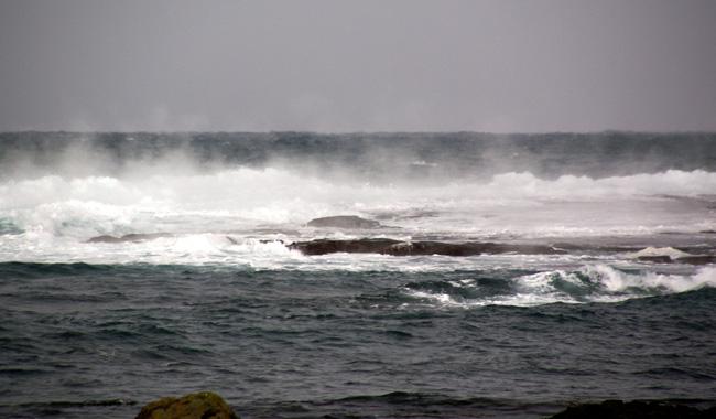 初冬の日本海。五能線と茅葺き民家など_a0136293_17294312.jpg