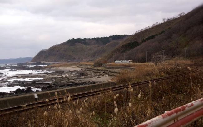 初冬の日本海。五能線と茅葺き民家など_a0136293_17474531.jpg