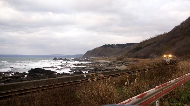 初冬の日本海。五能線と茅葺き民家など_a0136293_1748858.jpg