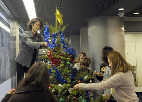 名古屋ファッション専門学校の学生によるクリスマスツリーのディスプレイ2011_b0110019_188541.jpg