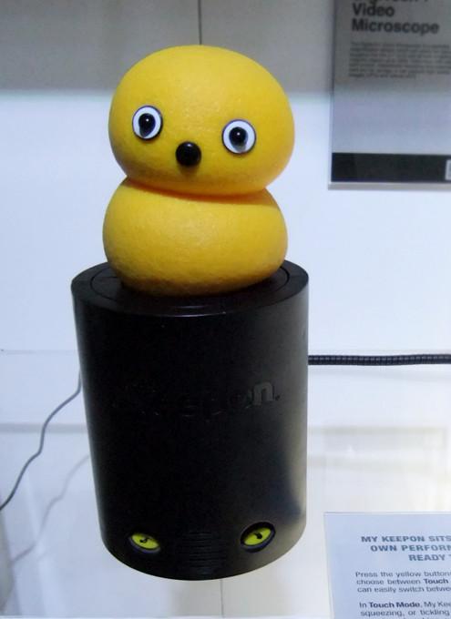 とぼけた顔と動きがカワイイ、コミュニケーション発達障害治療ロボット、Keeponちゃんとは?_b0007805_1072475.jpg