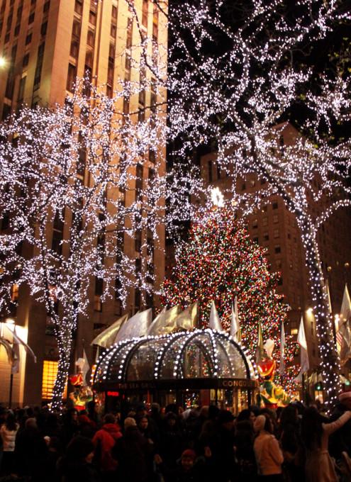 ニューヨーク、ロックフェラーセンターのクリスマスツリー周辺はお祭り騒ぎ_b0007805_1392822.jpg