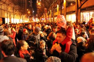 ニューヨーク、ロックフェラーセンターのクリスマスツリー周辺はお祭り騒ぎ_b0007805_139380.jpg