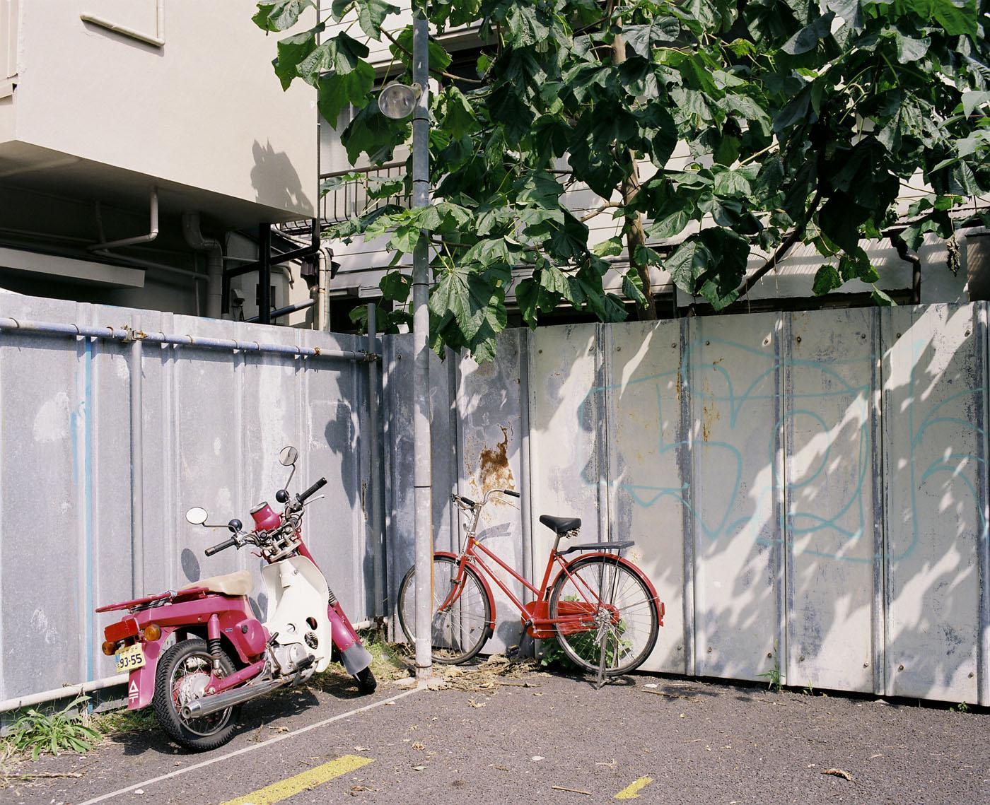 根津の自転車、その2。_c0120903_13421016.jpg