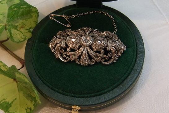 美しいダイヤモンドのブローチ........_d0127182_14474090.jpg