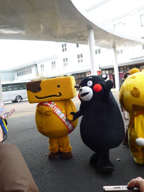 駅前にくまモンと大阪のお友達が!_b0228113_1235262.jpg