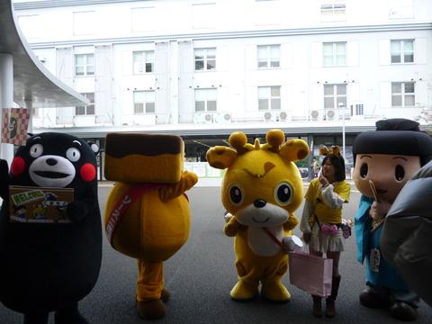 駅前にくまモンと大阪のお友達が!_b0228113_12508.jpg
