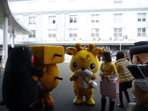 駅前にくまモンと大阪のお友達が!_b0228113_1264082.jpg