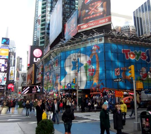 クリスマス前のニューヨーク、今年もトイザラス(タイムズスクエア店)は24時間営業中_b0007805_22554394.jpg
