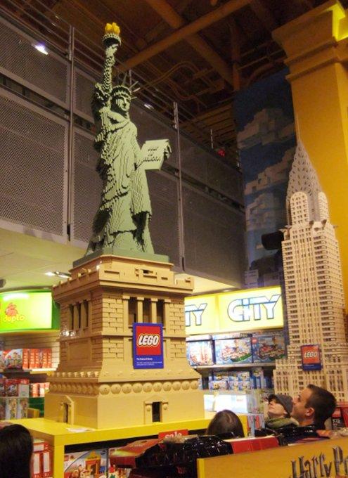 クリスマス前のニューヨーク、今年もトイザラス(タイムズスクエア店)は24時間営業中_b0007805_22565247.jpg