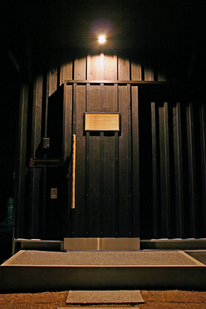 玄関戸を同化させる。_d0082238_2232532.jpg