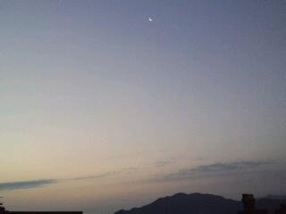 おはようございます!今日も快晴!!三日月と朝焼け〜きれいです!!今日もいい事有りそうな予感♪_d0082356_77913.jpg