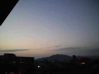 おはようございます!今日も快晴!!三日月と朝焼け〜きれいです!!今日もいい事有りそうな予感♪_d0082356_77972.jpg