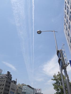 四ツ橋の交差点と飛行機雲_f0202682_17222956.jpg